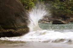 Welle, die Felsen schlägt Stockbild