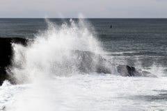 Welle, die gegen Lava Rock Depoe Bay Oregon spritzt Stockfotos