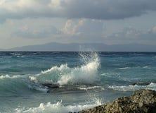 Welle, die gegen Steine bricht Lizenzfreies Stockbild