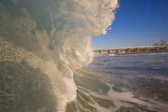 Welle, die nahe Strand bricht stockfotografie