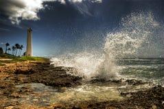 Welle, die vor Herrenfriseur-Punkt-Leuchtturm abbricht Lizenzfreie Stockfotografie