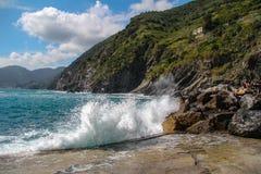 Welle, die Wand einläuft stockfotos
