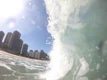 Welle an einem Sturmtag auf dem Uferbruch von Barra da Tijuca RJ - wunderbare Stadt stockbild