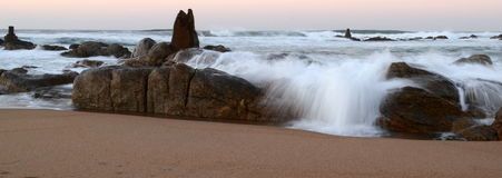 Welle gefangen in der Bewegung Stockfotos