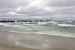 Welle getränkter Pier Stockfotos