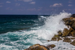 Welle mit einem Spritzen stockfoto
