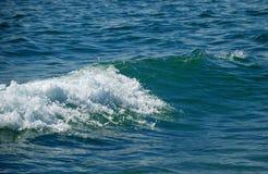 Welle mit glänzendem Schaumgummi mitten in blauem Meer stockfoto