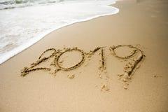 Welle mit 2019 Texten auf dem Sand Stockfoto