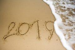 Welle mit 2019 Texten auf dem Sand Stockfotografie