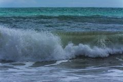 Welle nahe dem Strand ein windiger Tag stockfoto