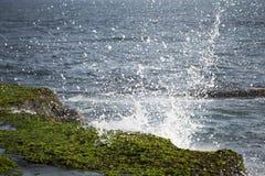 Welle nahe Pura Tanah Lot, Bali stockbilder