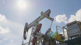 Welle setzt sich in Bewegung Pumpjacks, um Erdöl zu extrahieren stock footage