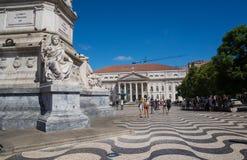 Welle strukturiertes Steinmosaik vor Statue stockbild