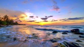 Welle und der Sonnenuntergang Stockfotografie