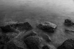 Welle und Felsen Stockbild