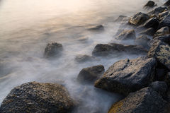 Welle und Felsen Stockfoto