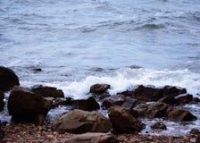 Welle und Felsen auf dem Meer Stockbild