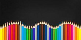 Welle von den bunten hölzernen Bleistiften lokalisiert auf einem schwarzen Hintergrund, zurück zu Schulkonzept Stockbild