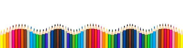 Welle von den bunten hölzernen Bleistiften lokalisiert auf weißem, panoramischem Hintergrund, zurück zu Schulkonzept Lizenzfreie Stockfotos
