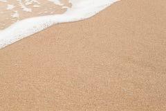 Welle von Meer auf sandigem Strand Lizenzfreie Stockfotografie