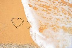 Welle wäscht weg das Symbol des Herzens Lizenzfreie Stockfotografie