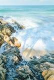 Welle, welche die Küste schlägt stockbild