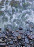 Wellen über Felsen stockfotos