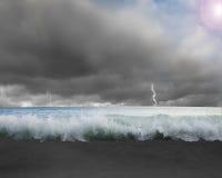 Wellen überschwemmten mit drastischem Wetter, Blitz, Himmel und Sonne ligh Stockbilder