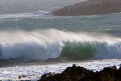 Wellen-Abbrechen und Wind Blowin lizenzfreie stockfotografie
