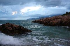Wellen-Abbruch auf Felsen stockfoto