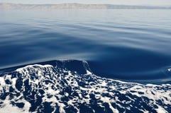Wellen auf adriatischem Meer hinter dem Schiff Stockfotografie
