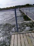 Wellen auf Anlegestelle Lizenzfreies Stockbild