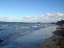 Wellen auf dem Blau lizenzfreie stockfotos