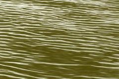 Wellen auf dem Fluss gefärbt in Goldenem Stockfoto