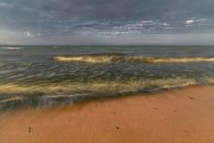 Wellen auf dem Meer Die Windaufstiege abend Lizenzfreies Stockbild