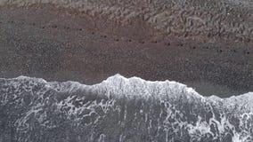 Wellen auf dem schwarzen Sandstrand Perissa von Santorini-Insel, Griechenland stock footage