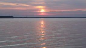 Wellen auf dem See bei Sonnenuntergang stock video footage