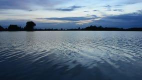 Wellen auf dem See, dem Ufer und den Wolken stock video