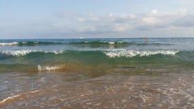 Wellen auf dem Seestrand in Spanien stock video