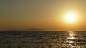 Wellen auf dem Strand in den Tropen an der Dämmerung, Morgen in Meer, Sonnenaufgang auf dem Meer stock video footage