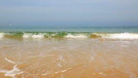 Wellen auf dem Strand mit Ton stock video footage