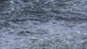 Wellen auf dem Strand, spritzt vom Wasser stock video footage