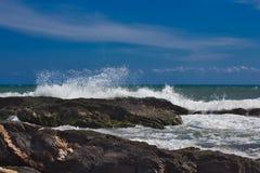 Wellen auf dem Strand von einem mediateranea Meer lizenzfreie stockfotografie