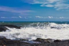Wellen auf dem Strand von einem mediateranea Meer stockbild