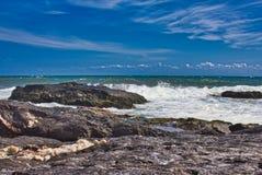Wellen auf dem Strand von einem mediateranea Meer stockfotos