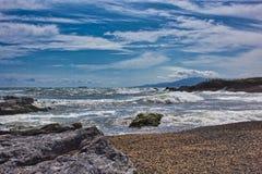 Wellen auf dem Strand von einem mediateranea Meer stockbilder