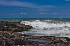 Wellen auf dem Strand von einem mediateranea Meer lizenzfreies stockfoto
