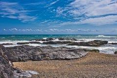 Wellen auf dem Strand von einem mediateranea Meer lizenzfreie stockbilder