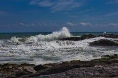 Wellen auf dem Strand von einem mediateranea Meer stockfotografie