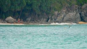 Wellen auf dem Strand von Nai Harn, Thailand stock video